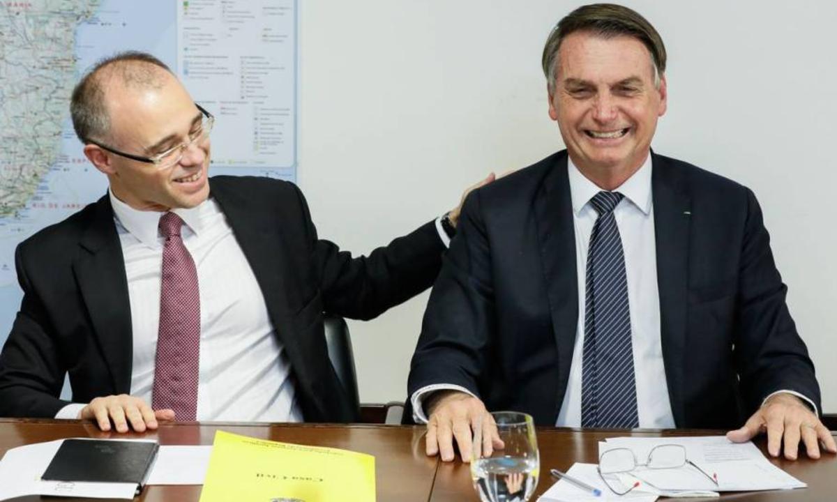 IMAGEM: Jair Bolsonaro recebe André Mendonça, provável indicado ao STF