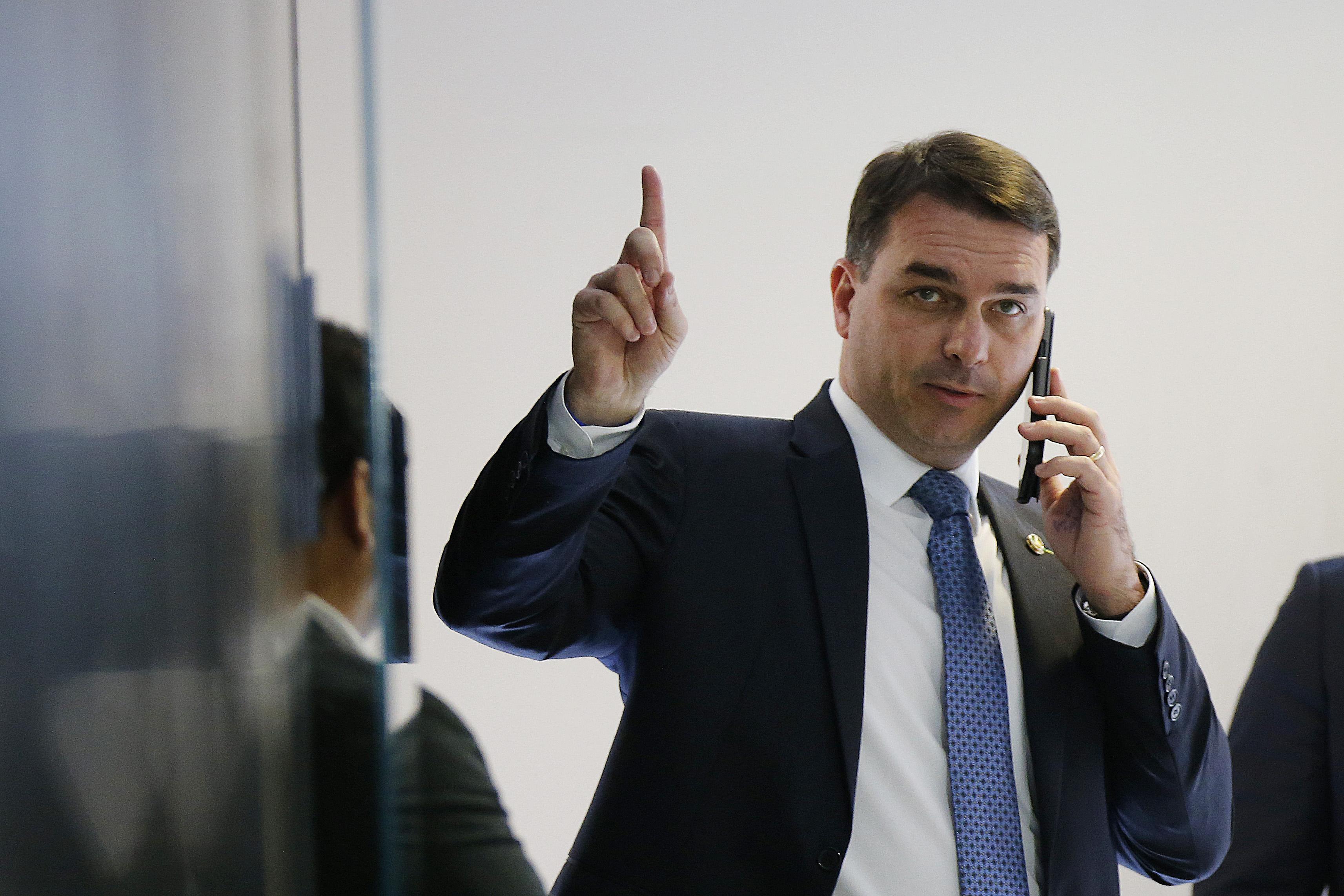 """IMAGEM: """"Exposição indevida de documento sigiloso"""" pode afetar imagem de Flávio, diz juíza"""