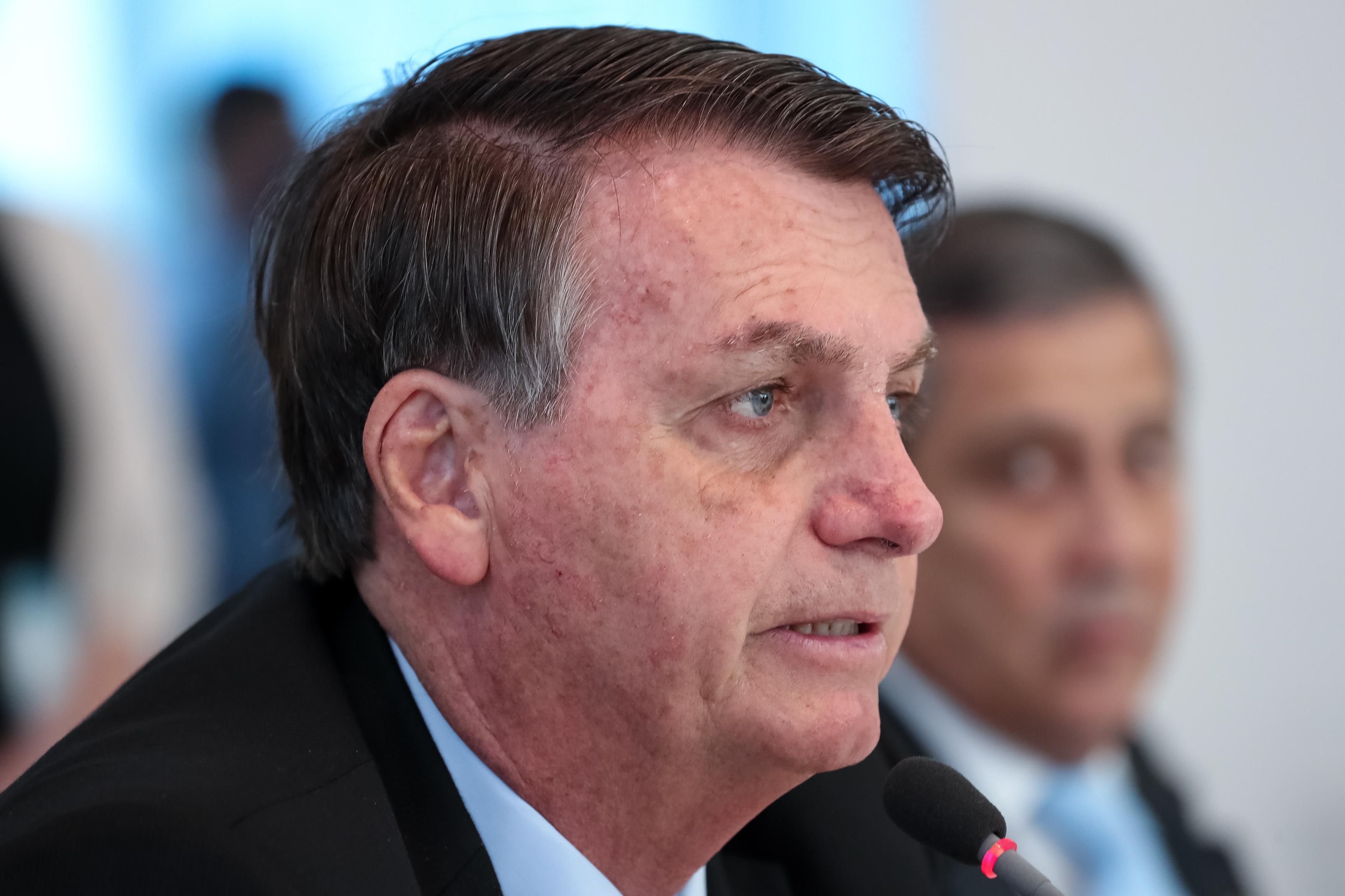IMAGEM: Bolsonaro sanciona lei que impede corte de energia e água aos finais de semana