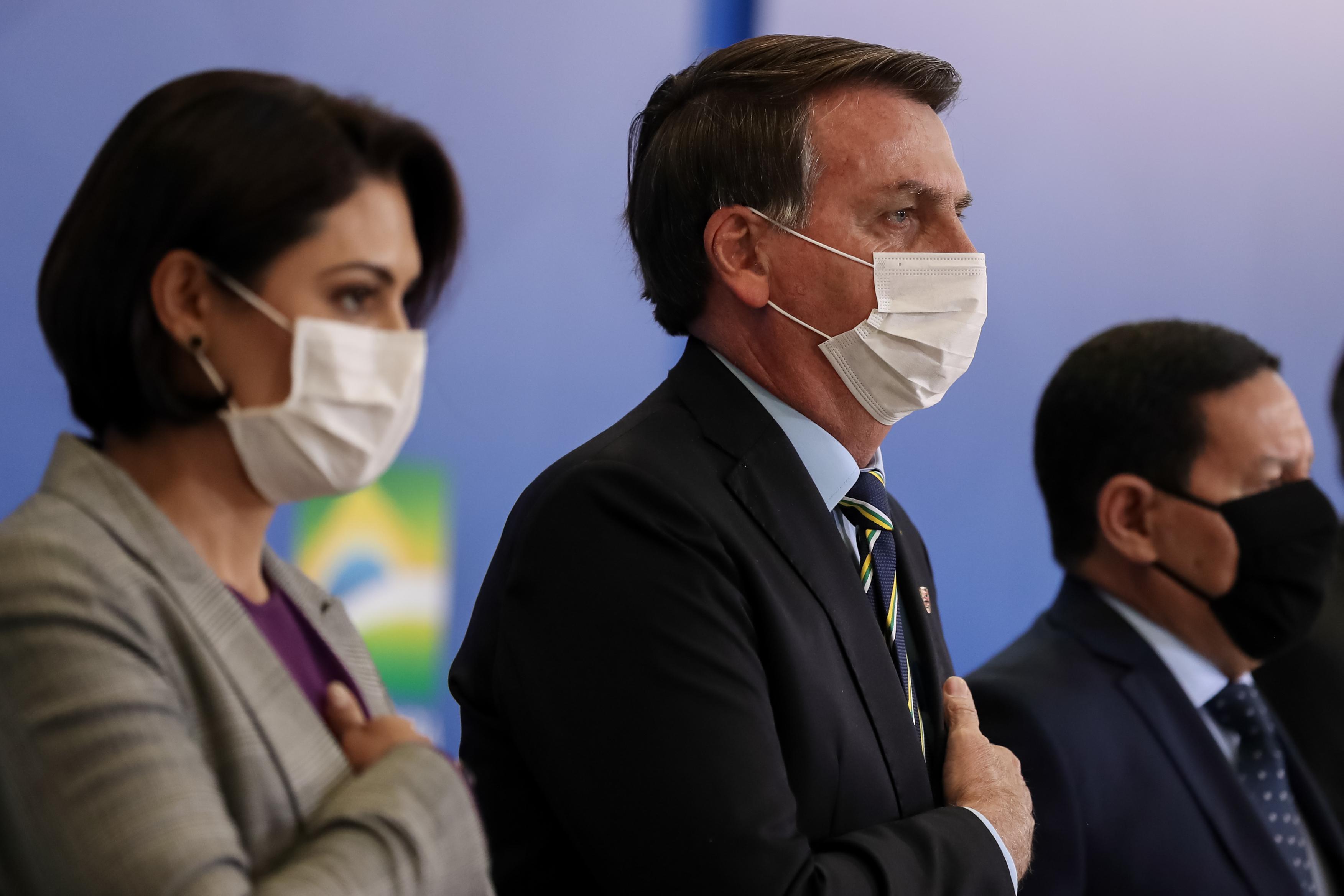IMAGEM: Bolsonaro entre Guedes e Michelle