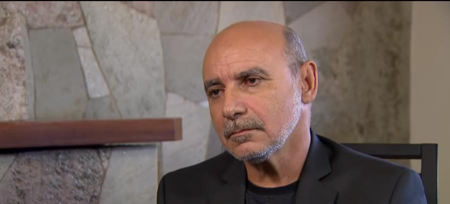 IMAGEM: Promotores conversam com prima de Queiroz