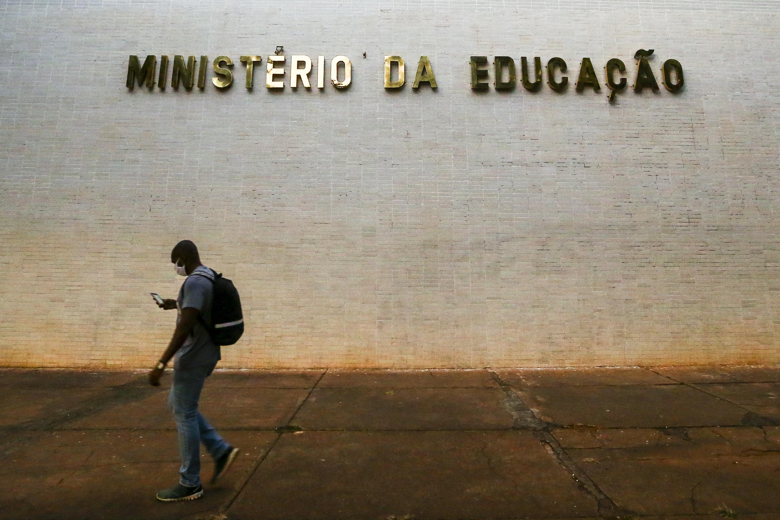 IMAGEM: Parlamentares divulgam manifesto contra corte de R$ 1,8 bi no MEC