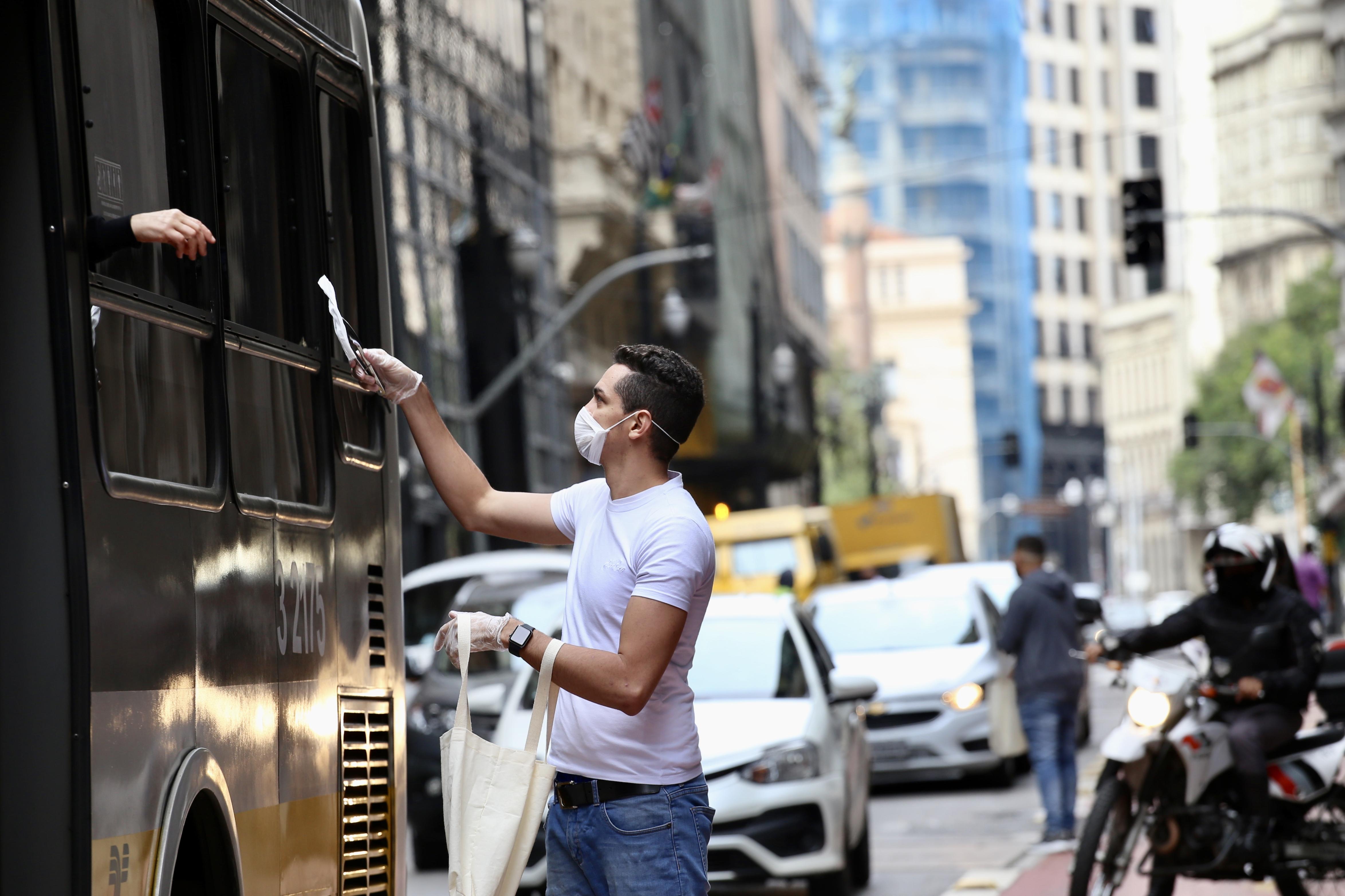 IMAGEM: Pessoas de 20 a 59 anos tendem a ser mais afetadas pela pandemia, diz Fiocruz