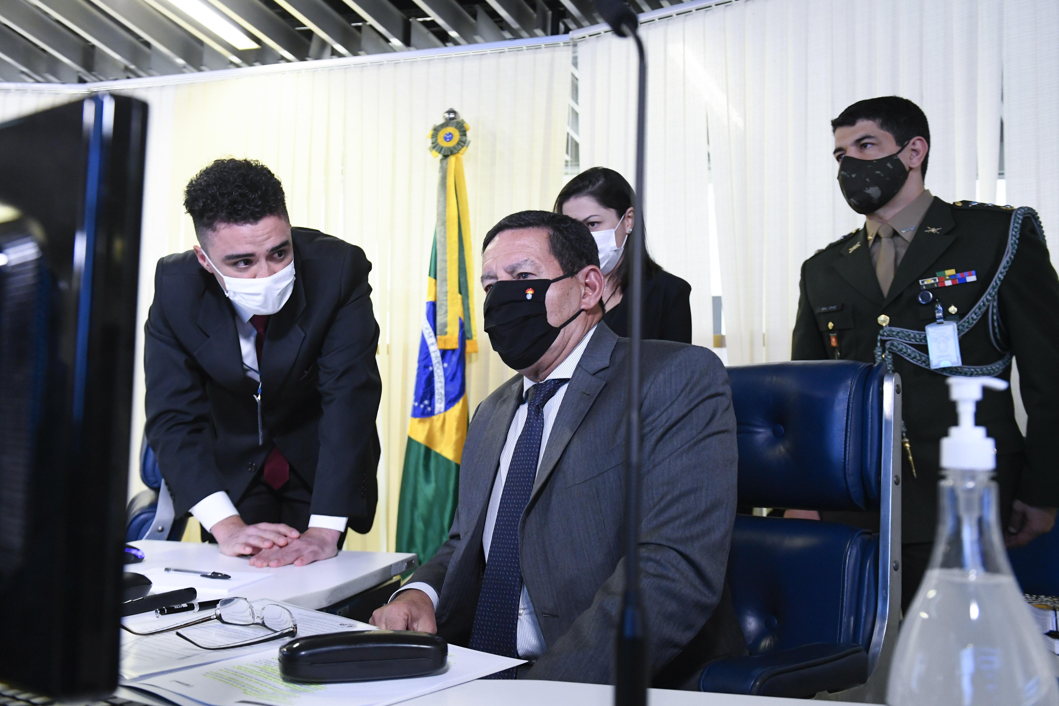 """IMAGEM: """"Aqui nós somos 'partido verde' para todo mundo"""", diz Mourão"""