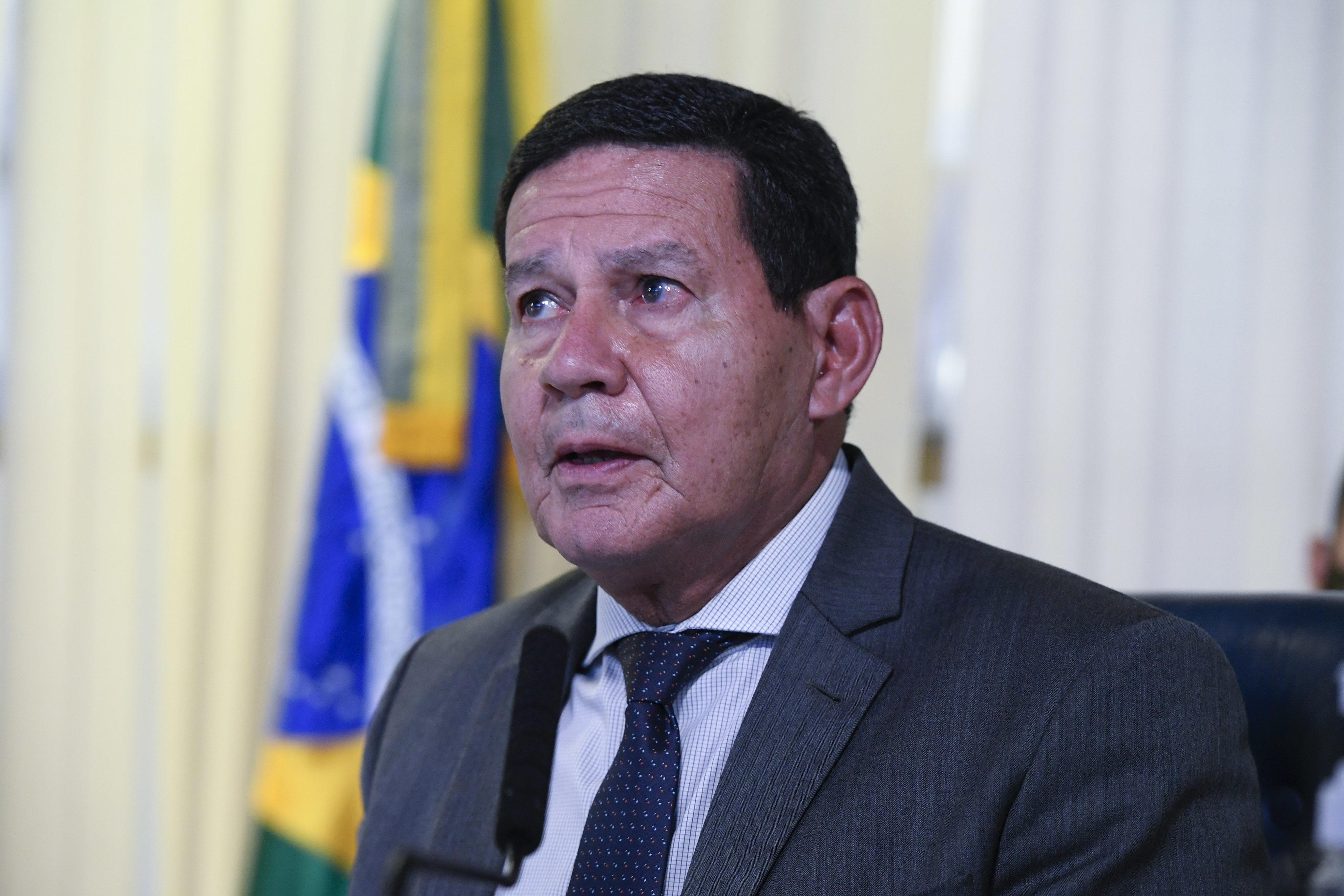 IMAGEM: Mourão se 'penitencia' após bronca de Bolsonaro