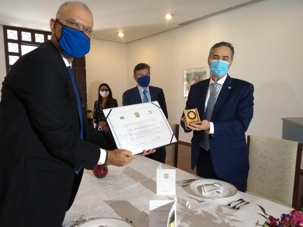 IMAGEM: Embaixada de Israel entrega medalha Jerusalém a Barroso