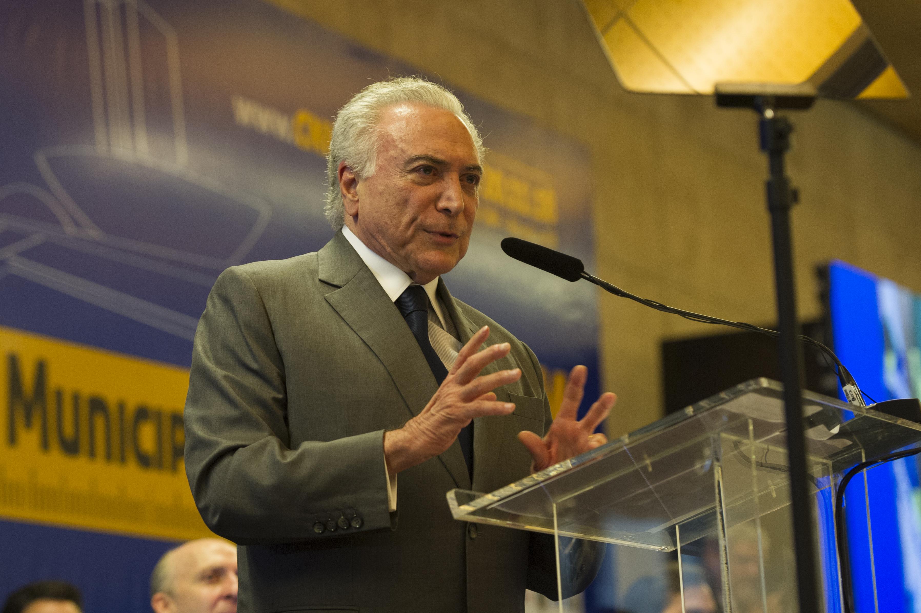 """IMAGEM: Temer diz que Moraes não recuou """"um milímetro"""" em conversa com Bolsonaro"""