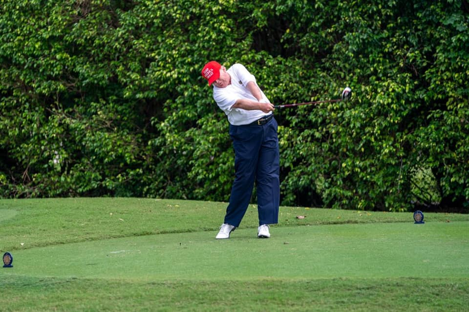 IMAGEM: Trump jogava golfe durante anúncio da vitória de Biden