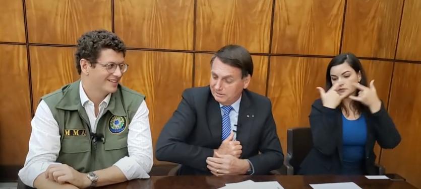 "IMAGEM: Bolsonaro ironiza 'alta cúpula' por uso de máscara: ""Pegaram o vírus"""