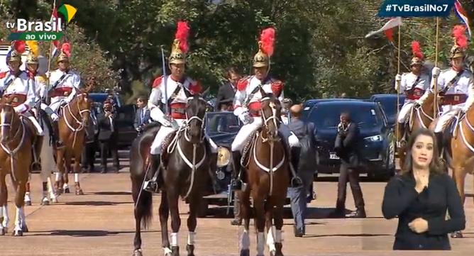 IMAGEM: Bolsonaro em carro aberto