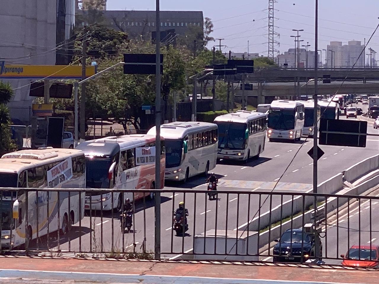 IMAGEM: Fretadores protestam em São Paulo contra restrições a 'Uber do ônibus'