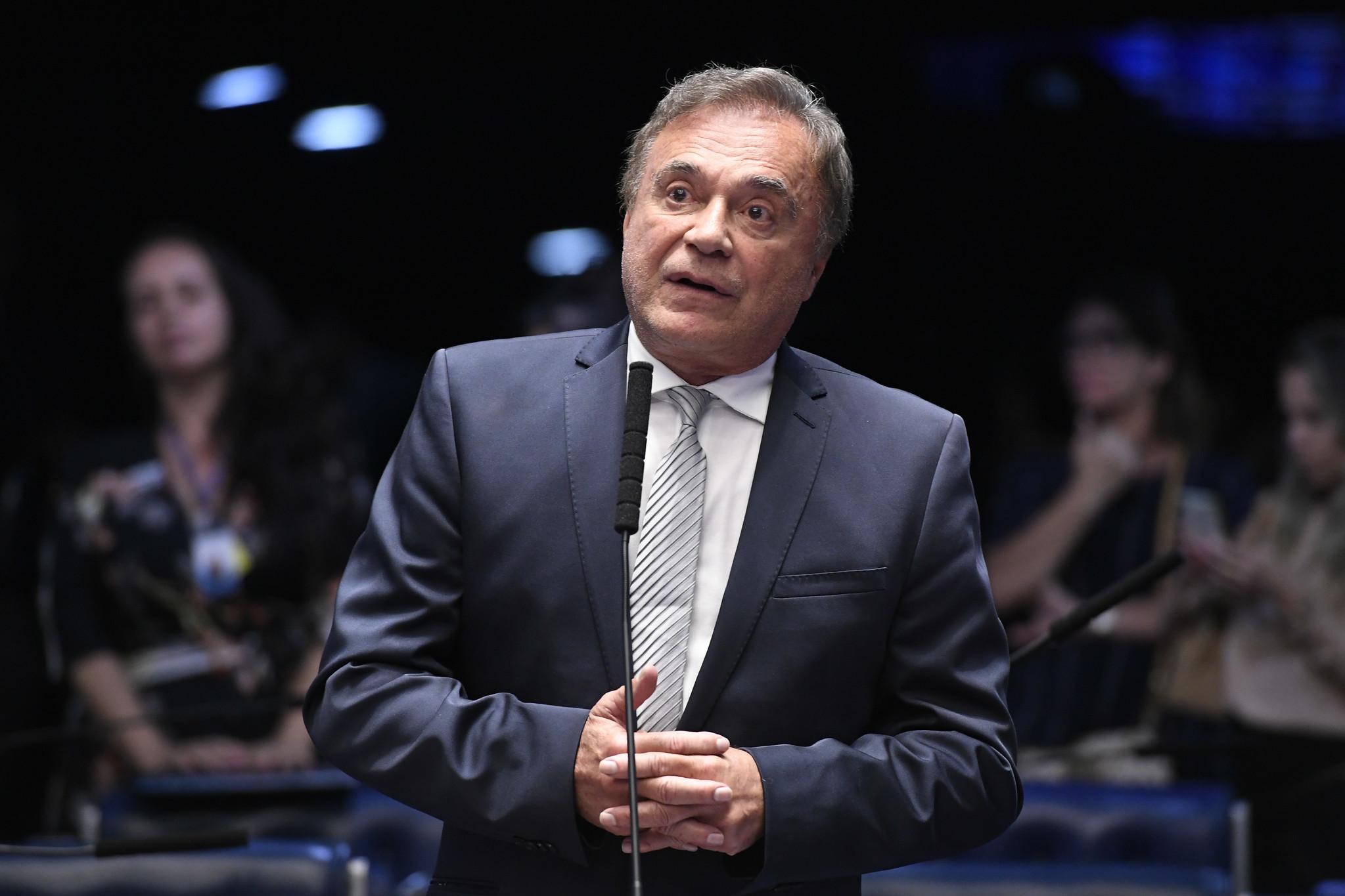 """IMAGEM: Sem decisão sobre 2022, Alvaro Dias diz que cansou da política: """"O sistema não muda"""""""