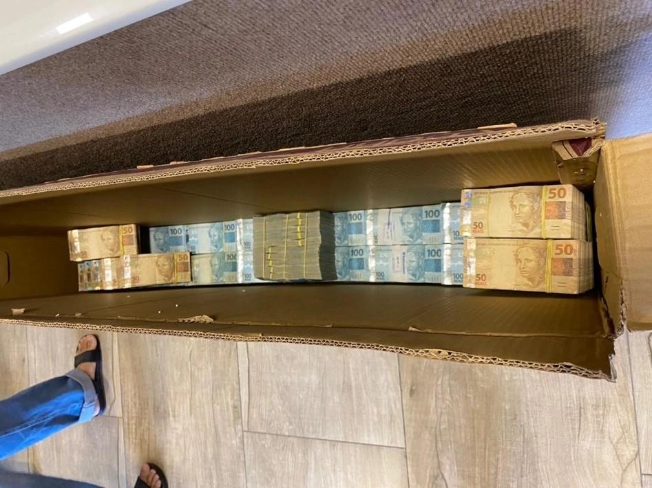 IMAGEM: Em operação que mira ex-deputado, PF encontra dinheiro em caixas de TV