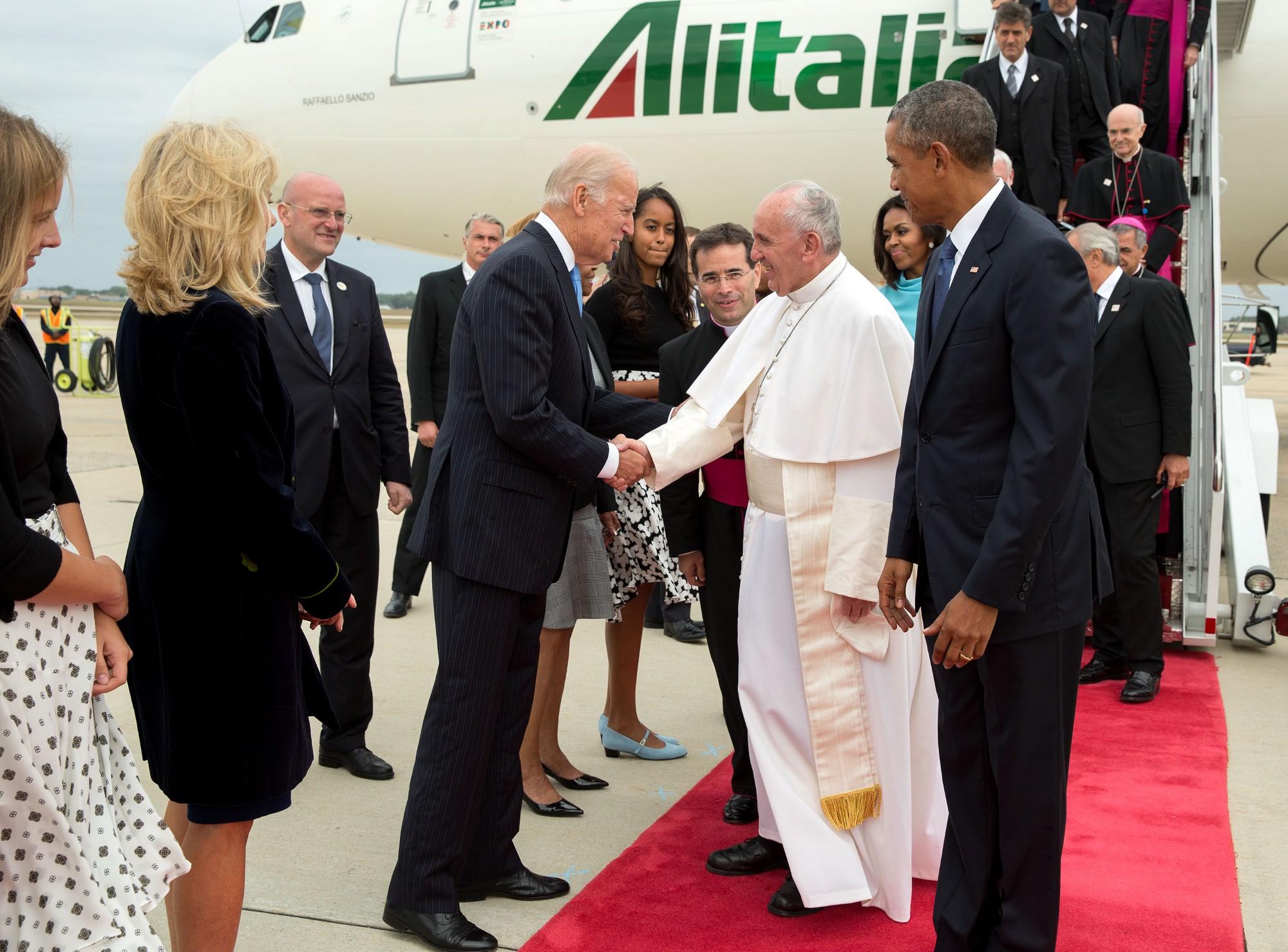 IMAGEM: Joe Biden conversa com o papa