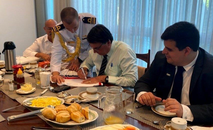 IMAGEM: Fora da agenda, Bolsonaro toma café com candidato de BH