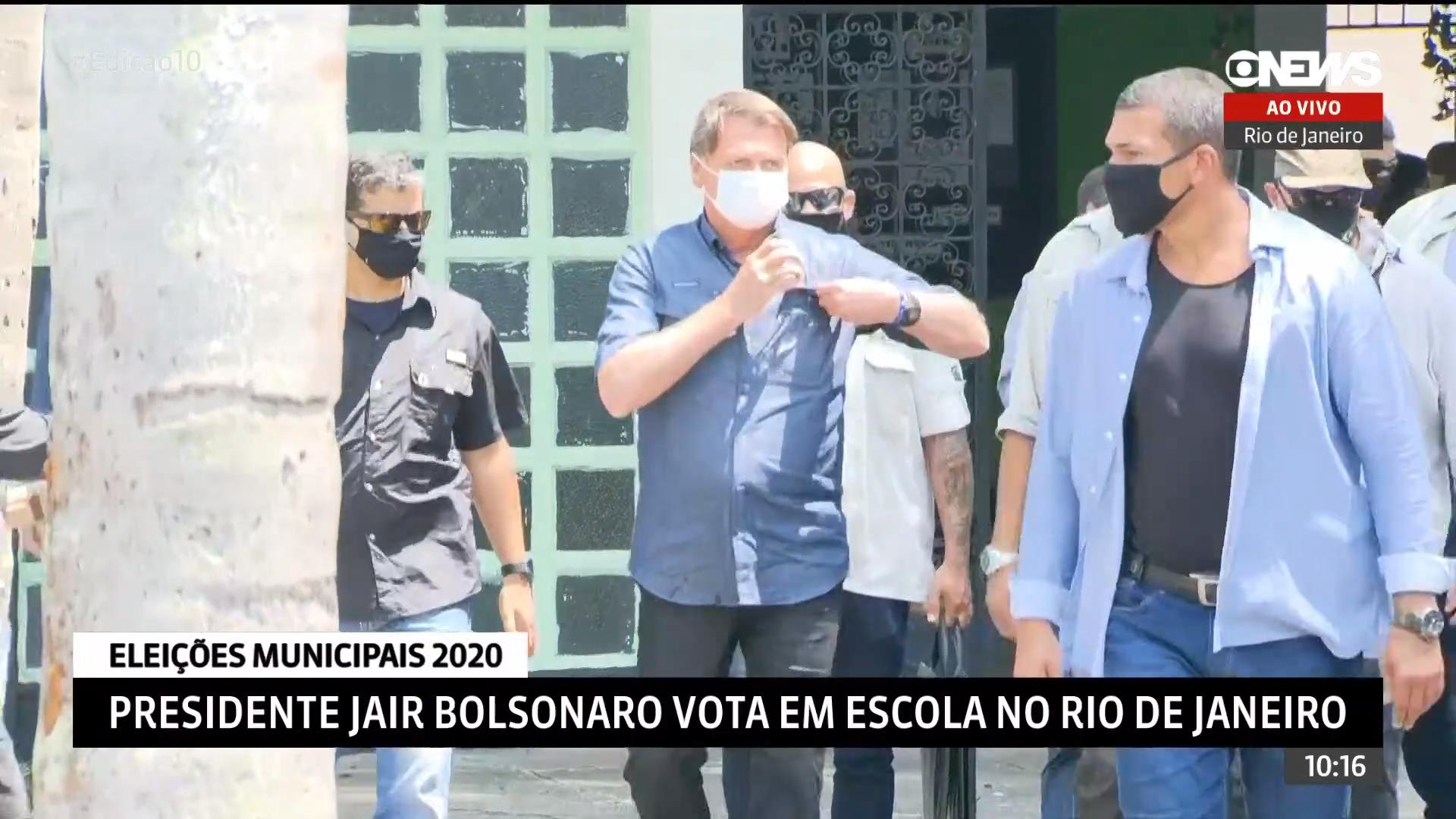 IMAGEM: Bolsonaro vota na Vila Militar no Rio