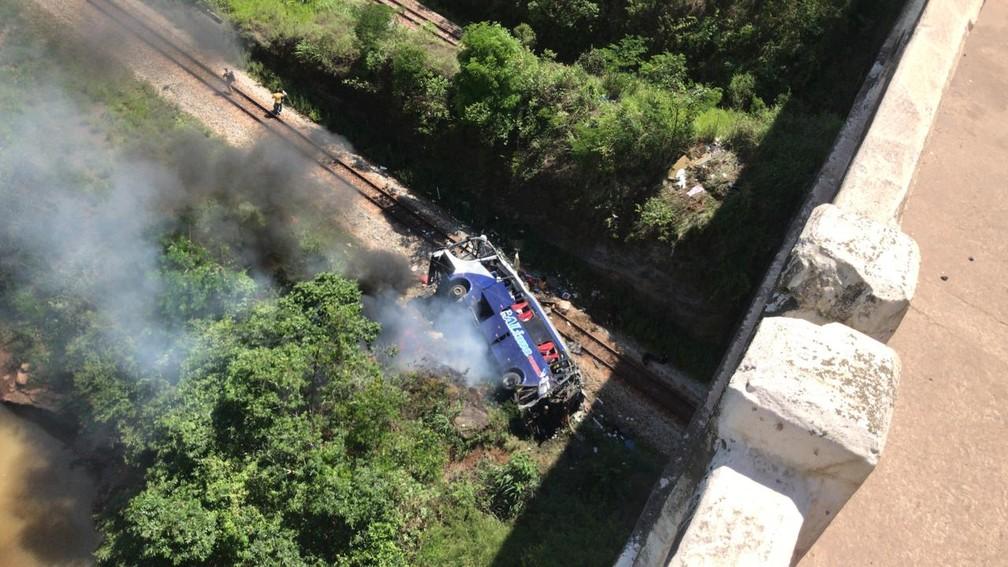 IMAGEM: Sobe para 19 o total de mortos em acidente de ônibus em Minas