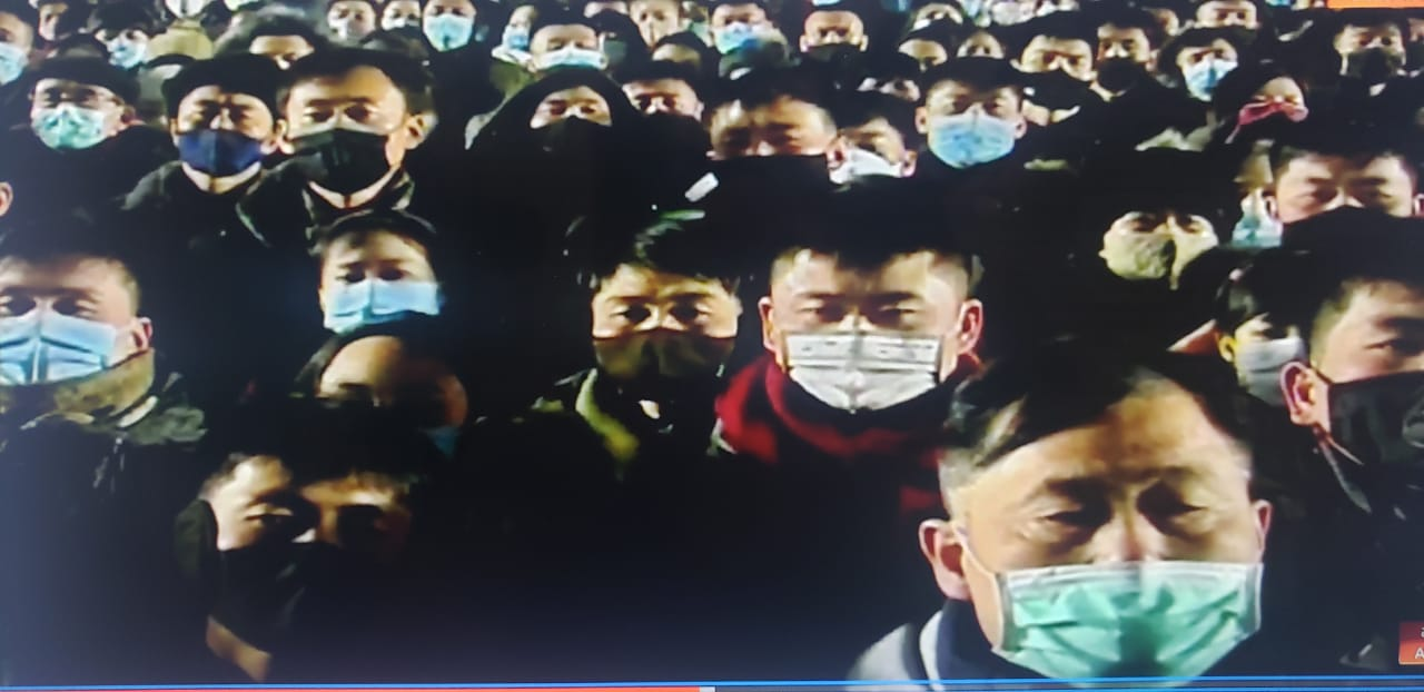 IMAGEM: Coreia do Norte celebra 2021 com fogos e multidão de máscara