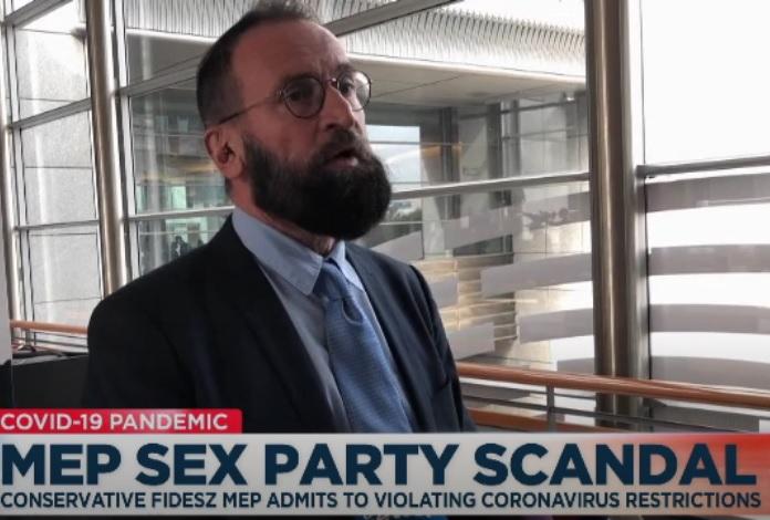 IMAGEM: Eurodeputado conservador renuncia após ser preso em orgia gay