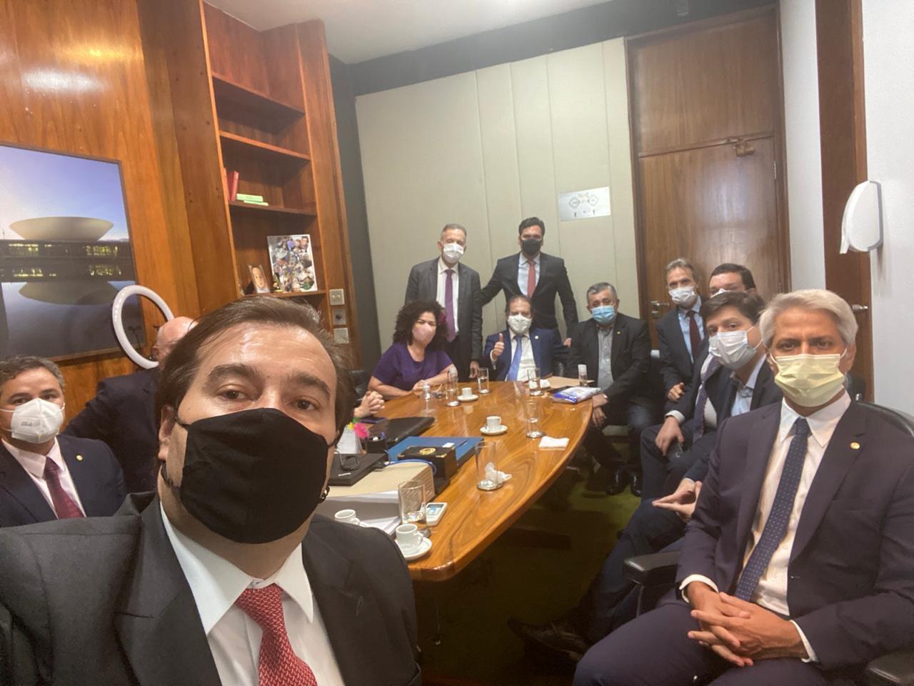 IMAGEM: Em aceno à esquerda, Maia cria comissão para tratar de racismo