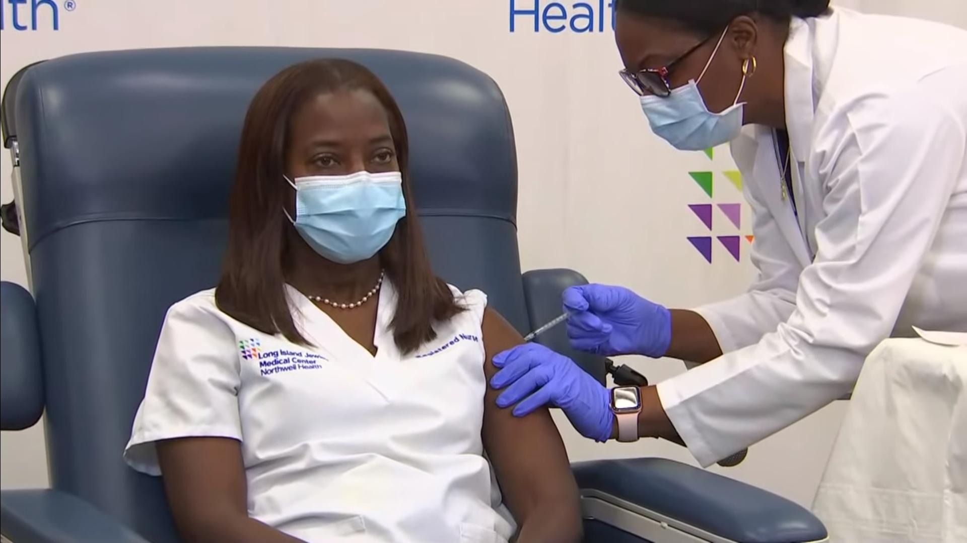 IMAGEM: Enfermeira é 1ª a receber vacina em Nova York