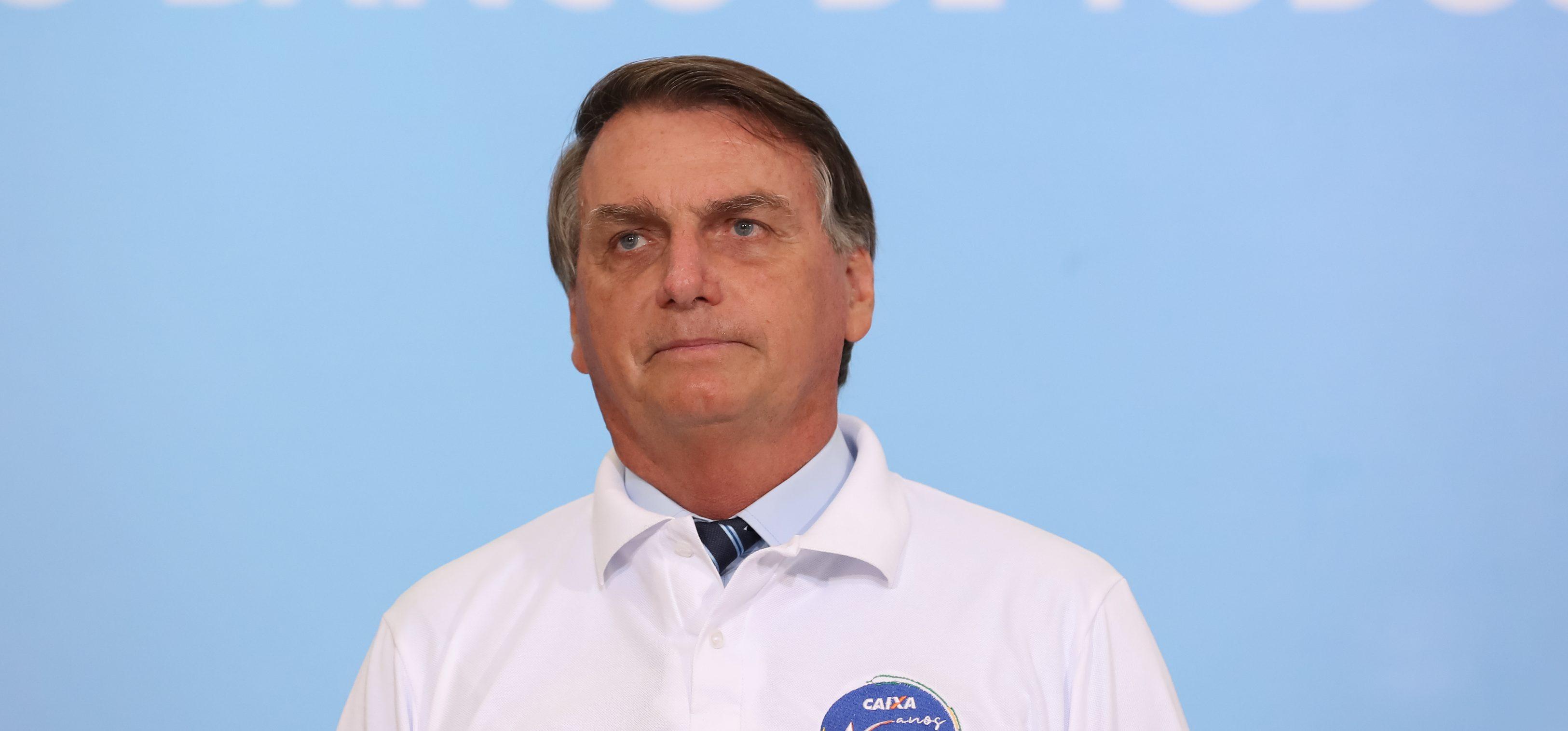 IMAGEM: Bolsonaro e os afagos aos militares