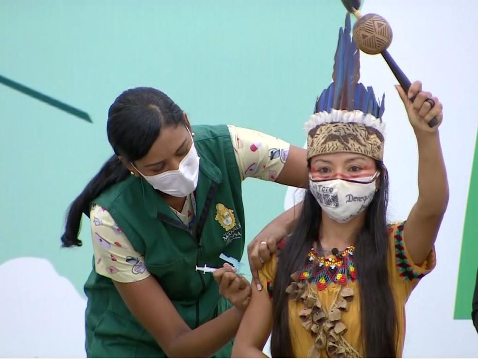 """IMAGEM: Primeira vacinada no Amazonas critica """"esse sistema de poder"""""""