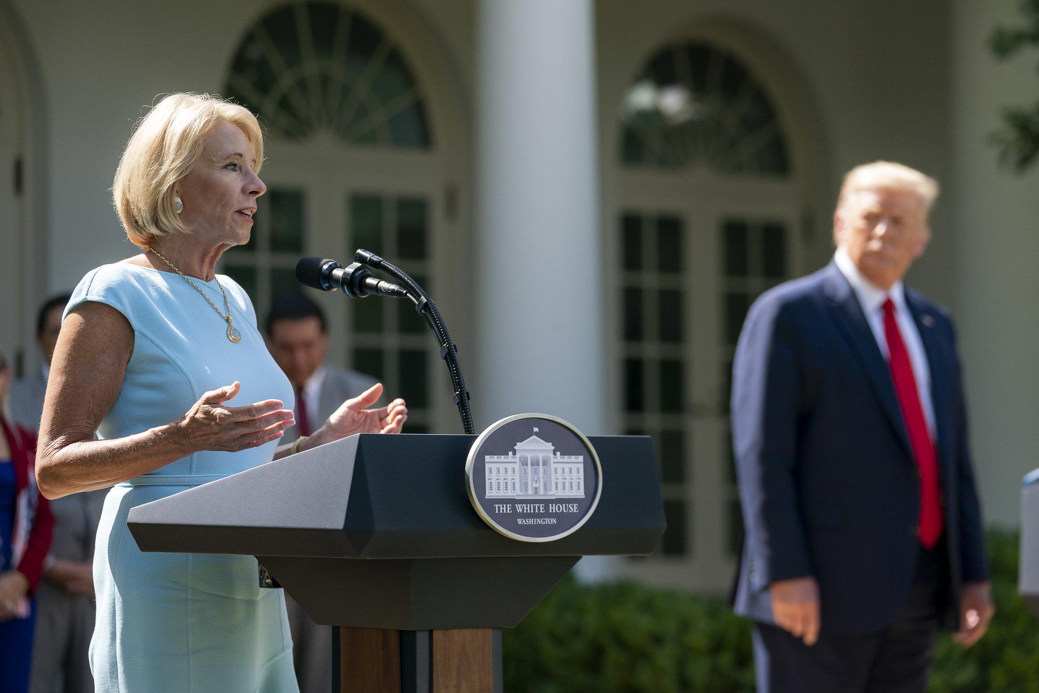 IMAGEM: Secretária de Educação do governo Trump também pede demissão