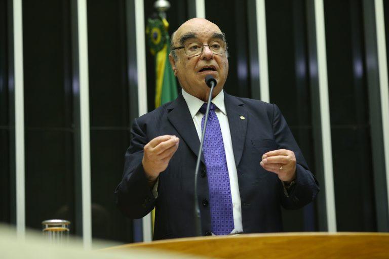 IMAGEM: Vítima de Covid-19, Bonifácio de Andrada é sepultado