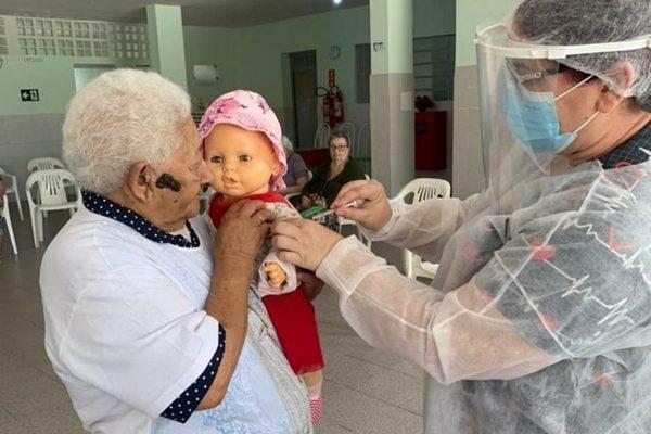IMAGEM: Cidinha é vacinada