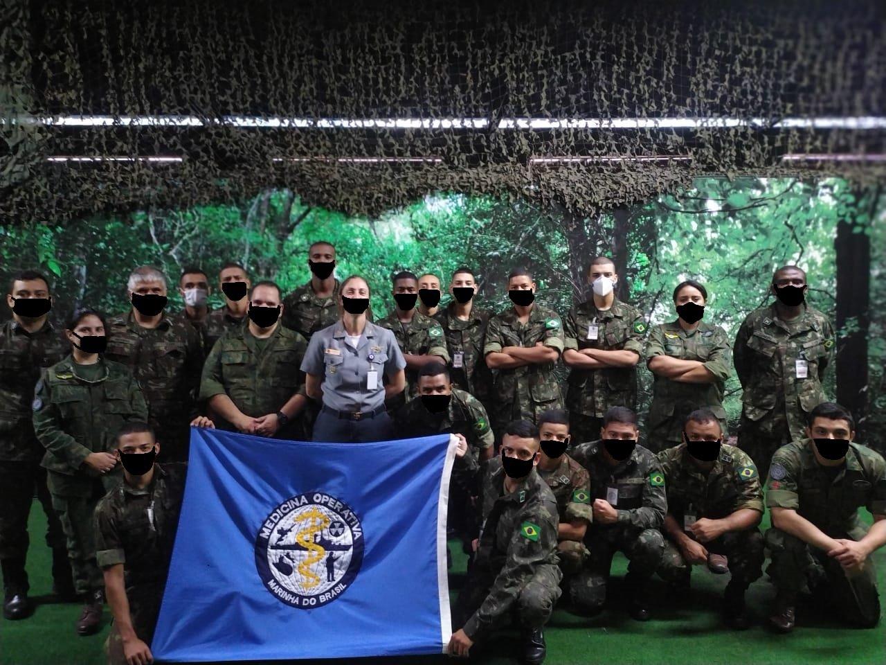 IMAGEM: Site do Exército desenha digitalmente máscaras em foto de militares