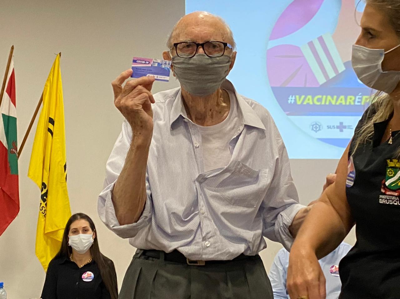 IMAGEM: Walter Orthmann, de 98 anos, é o primeiro vacinado em Brusque