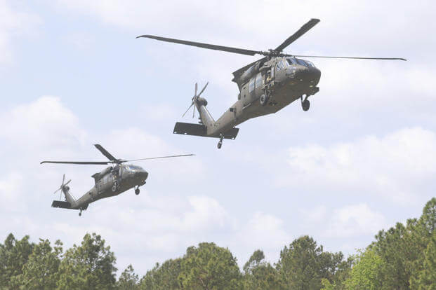 IMAGEM: Helicópteros militares decolam de Fort Bragg, na Carolina do Norte