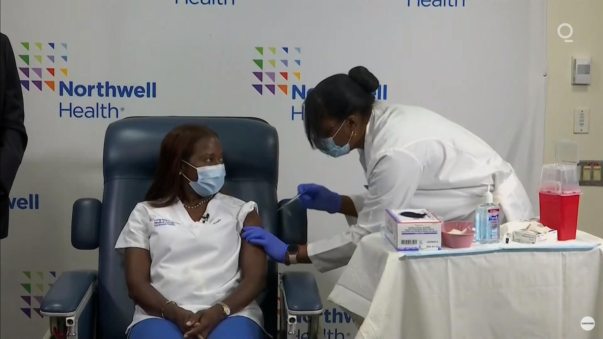 IMAGEM: 1ª pessoa vacinada contra Covid-19 nos EUA recebe 2ª dose