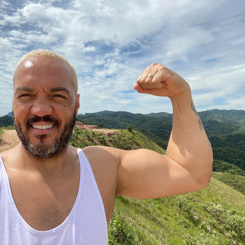 IMAGEM: Cantor Belo é preso por show em favela do Rio durante pandemia