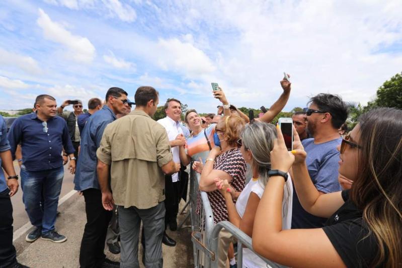 IMAGEM: Família Bolsonaro curtindo a vida adoidado