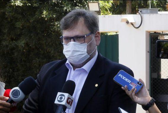 """IMAGEM: Corregedor escuta de deputados que Moraes """"deu tiro no pé"""""""