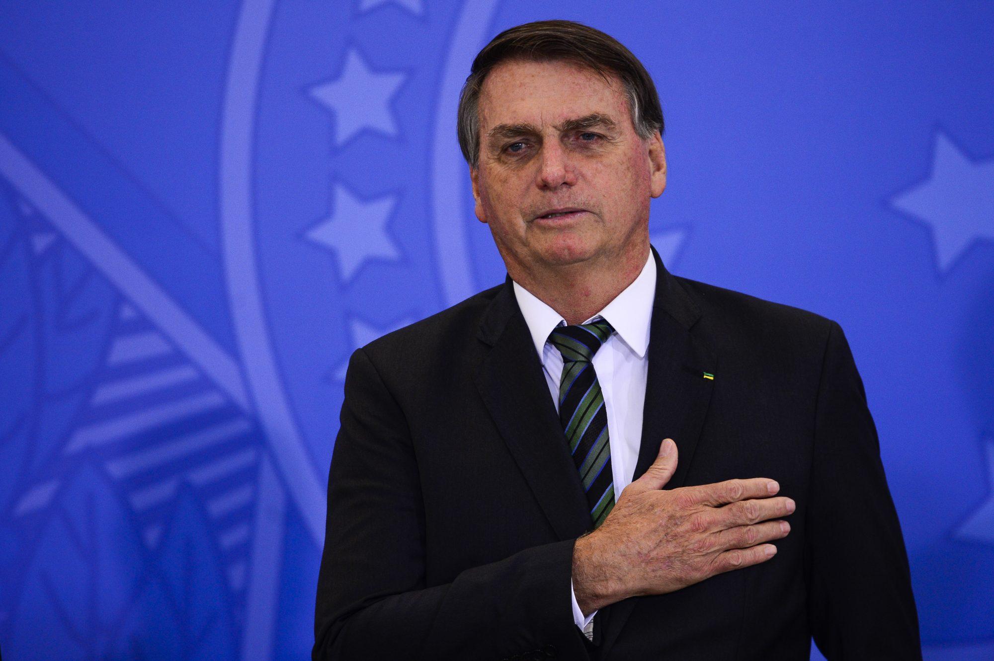 """IMAGEM: Criticada por Bolsonaro, """"cláusula de responsabilização"""" não impediu acordo com AstraZeneca"""