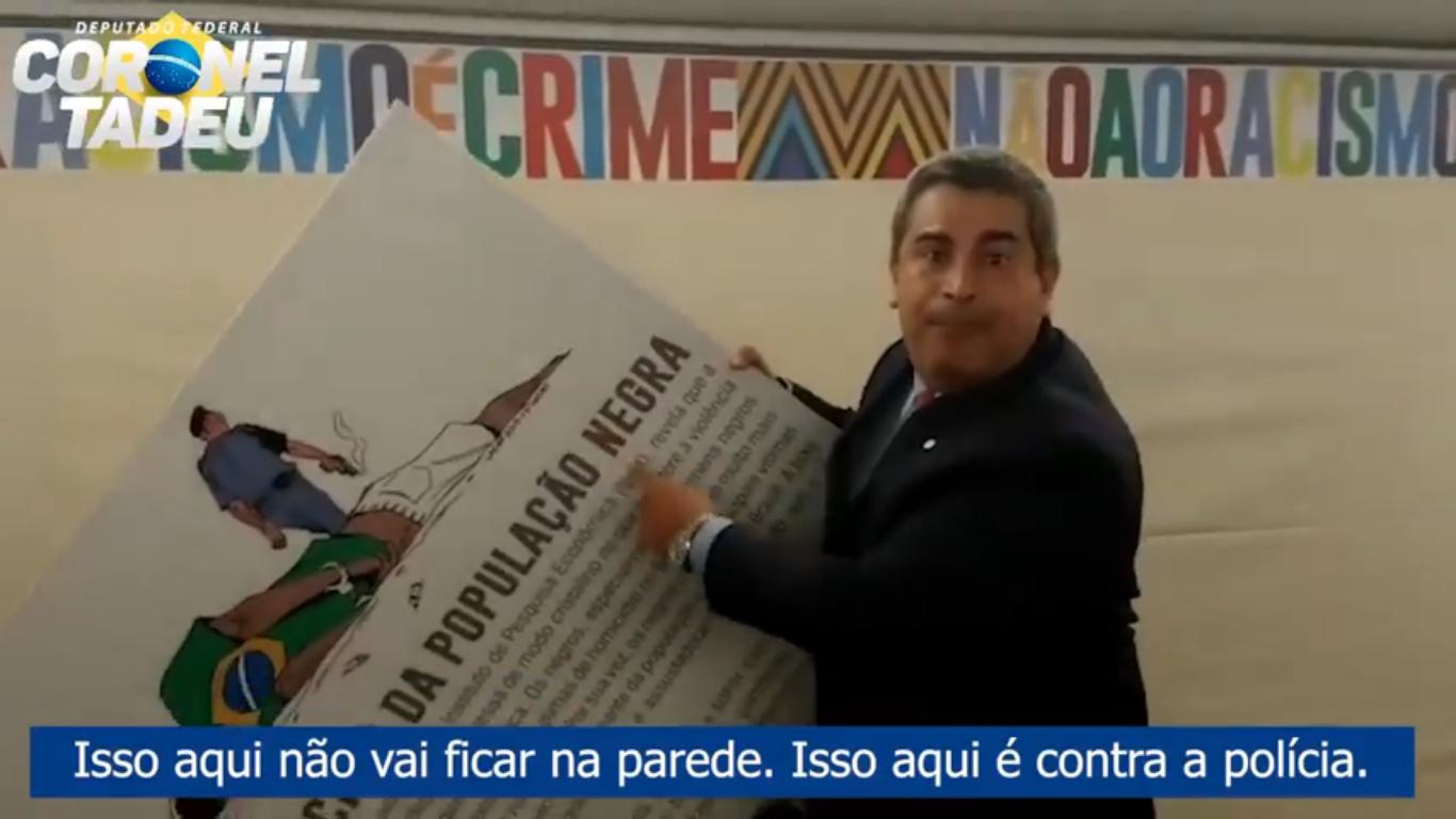 """IMAGEM: Relator pede """"censura verbal"""" a deputado que arrancou cartaz sobre racismo na polícia"""