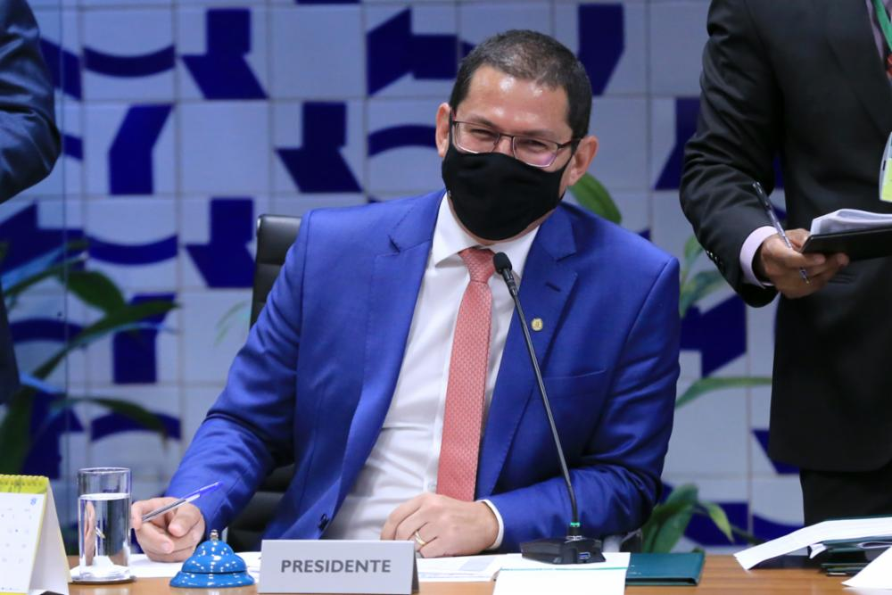 IMAGEM: Marcelo Ramos critica governo por foto de homem armado em alusão ao Dia do Agricultor