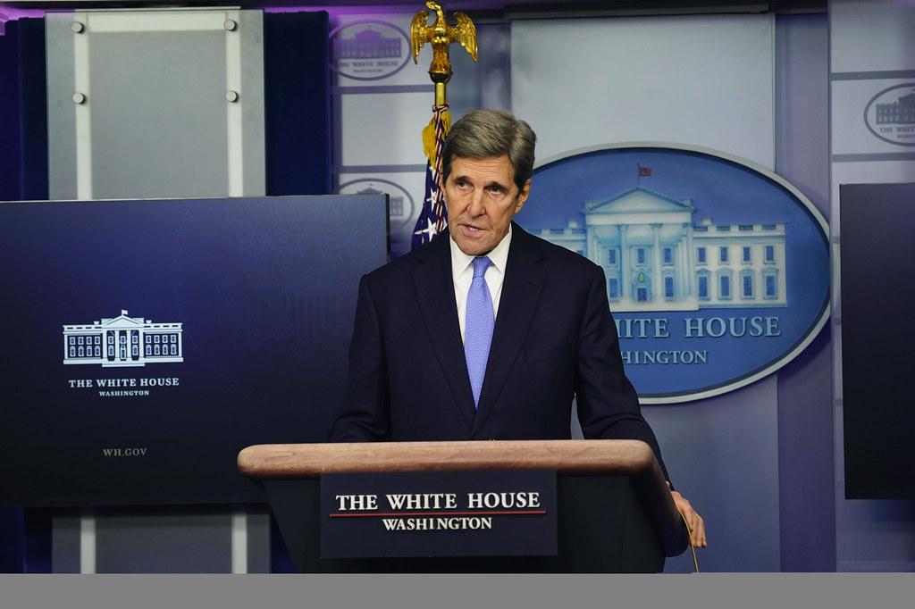 IMAGEM: John Kerry chama de 'muito bom' discurso de Bolsonaro na Cúpula do Clima