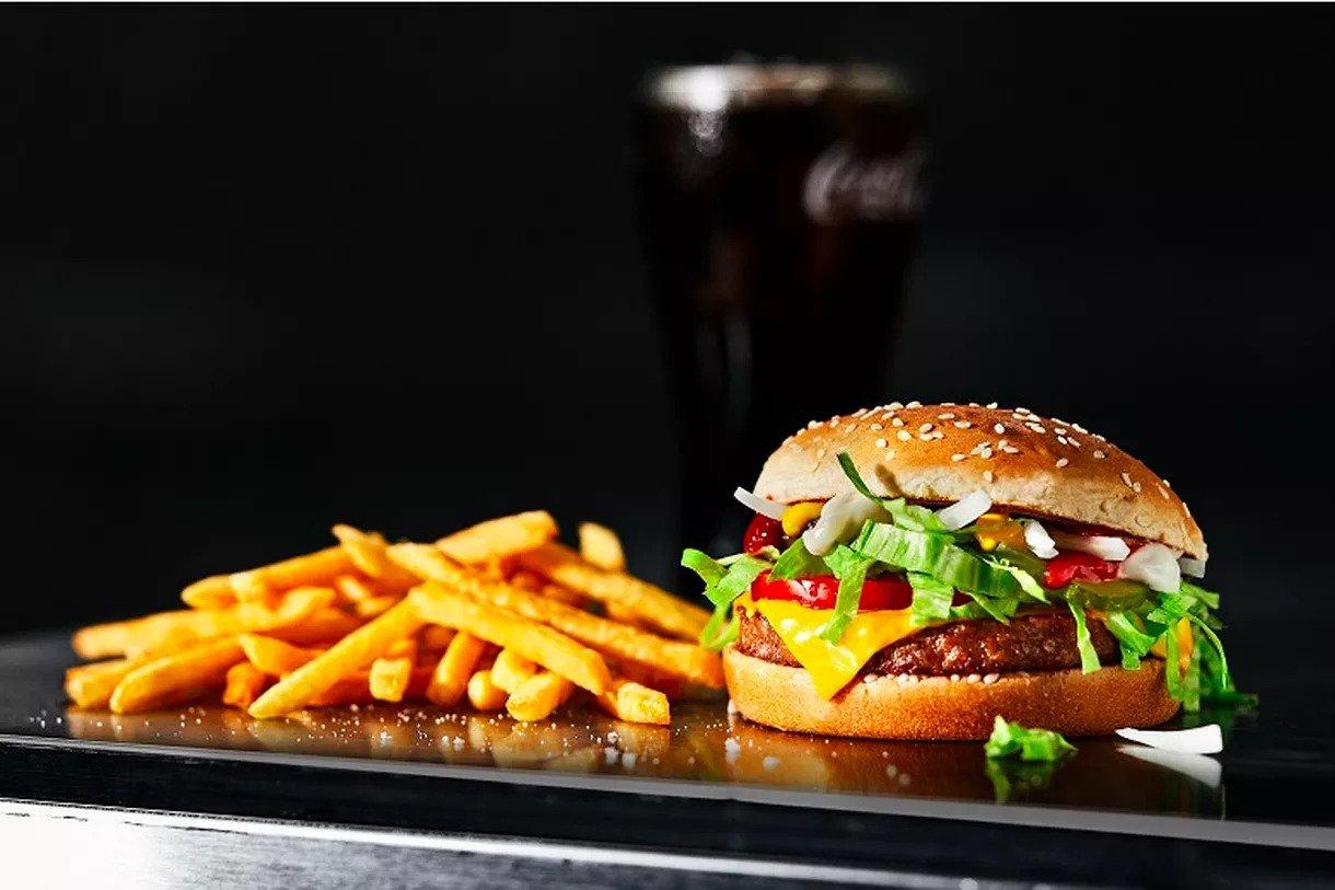 IMAGEM: McDonald's lança o McPlant, hambúrguer de ervilha, na Dinamarca e na Suécia