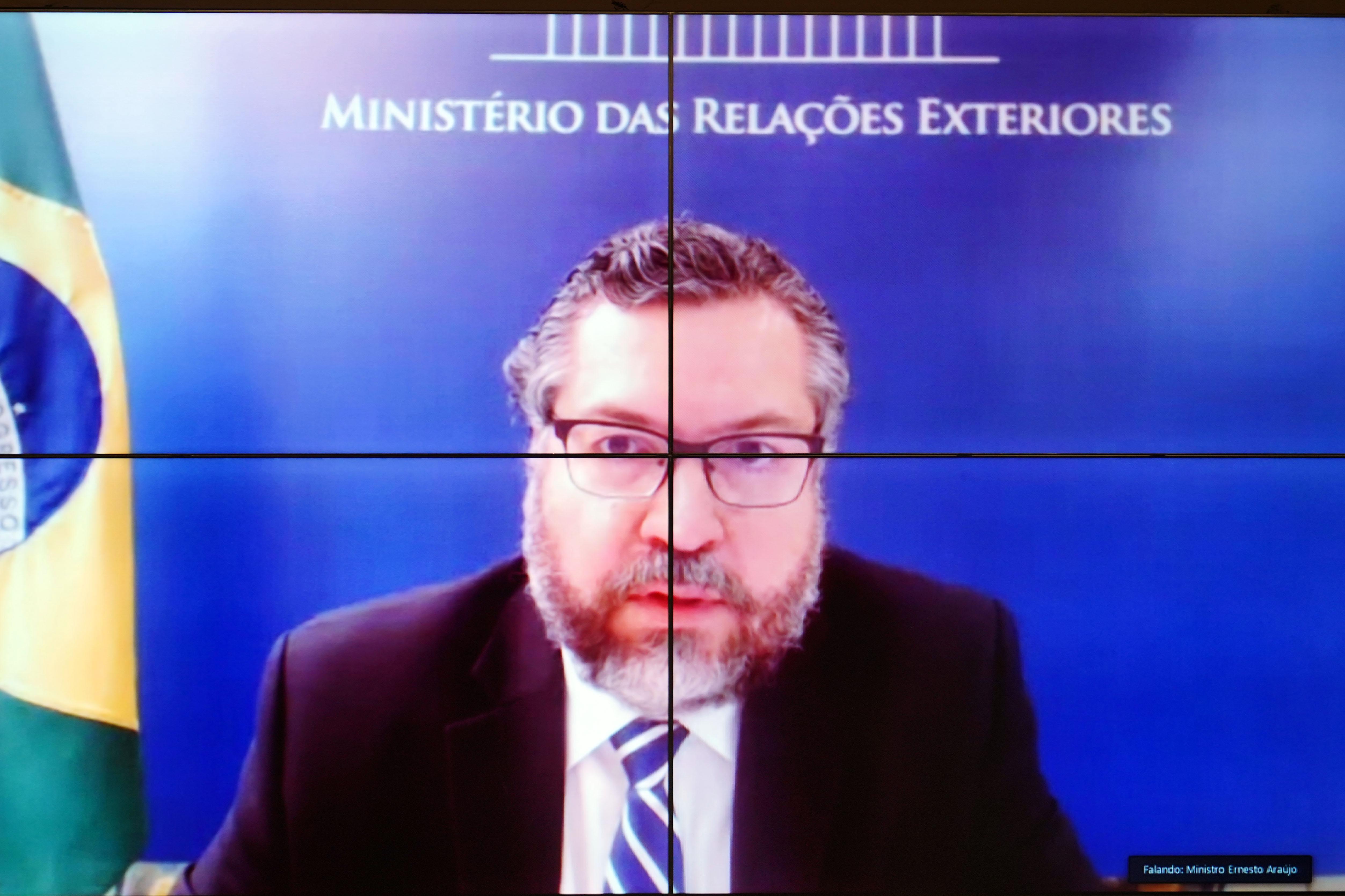 IMAGEM: Até os bolsonaristas abandonam Ernesto Araújo