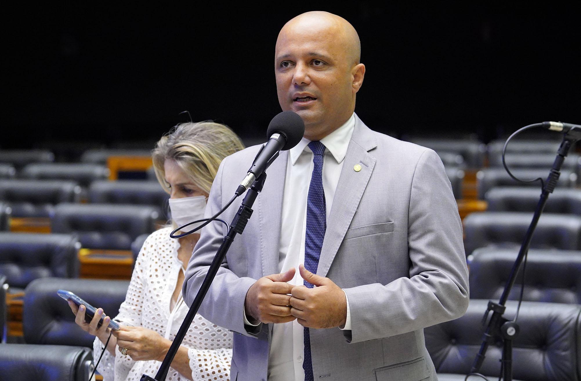 """IMAGEM: """"Golpe sanitário"""" de Vitor Hugo também anula prerrogativas de governadores na pandemia"""