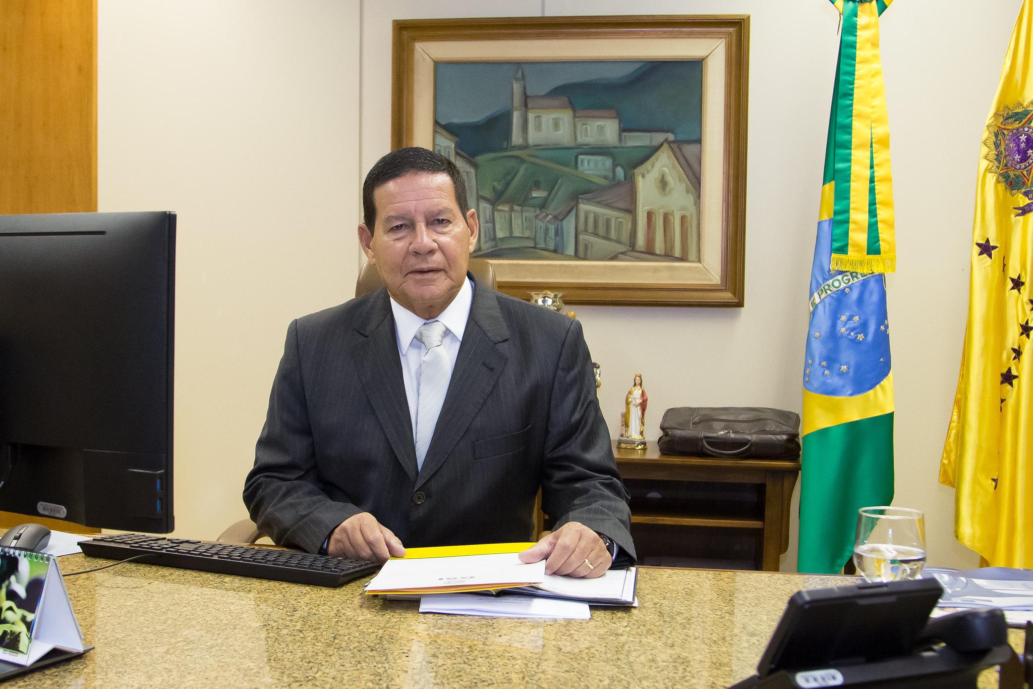 IMAGEM: 'Feliz com a melhora do nosso presidente', diz Mourão