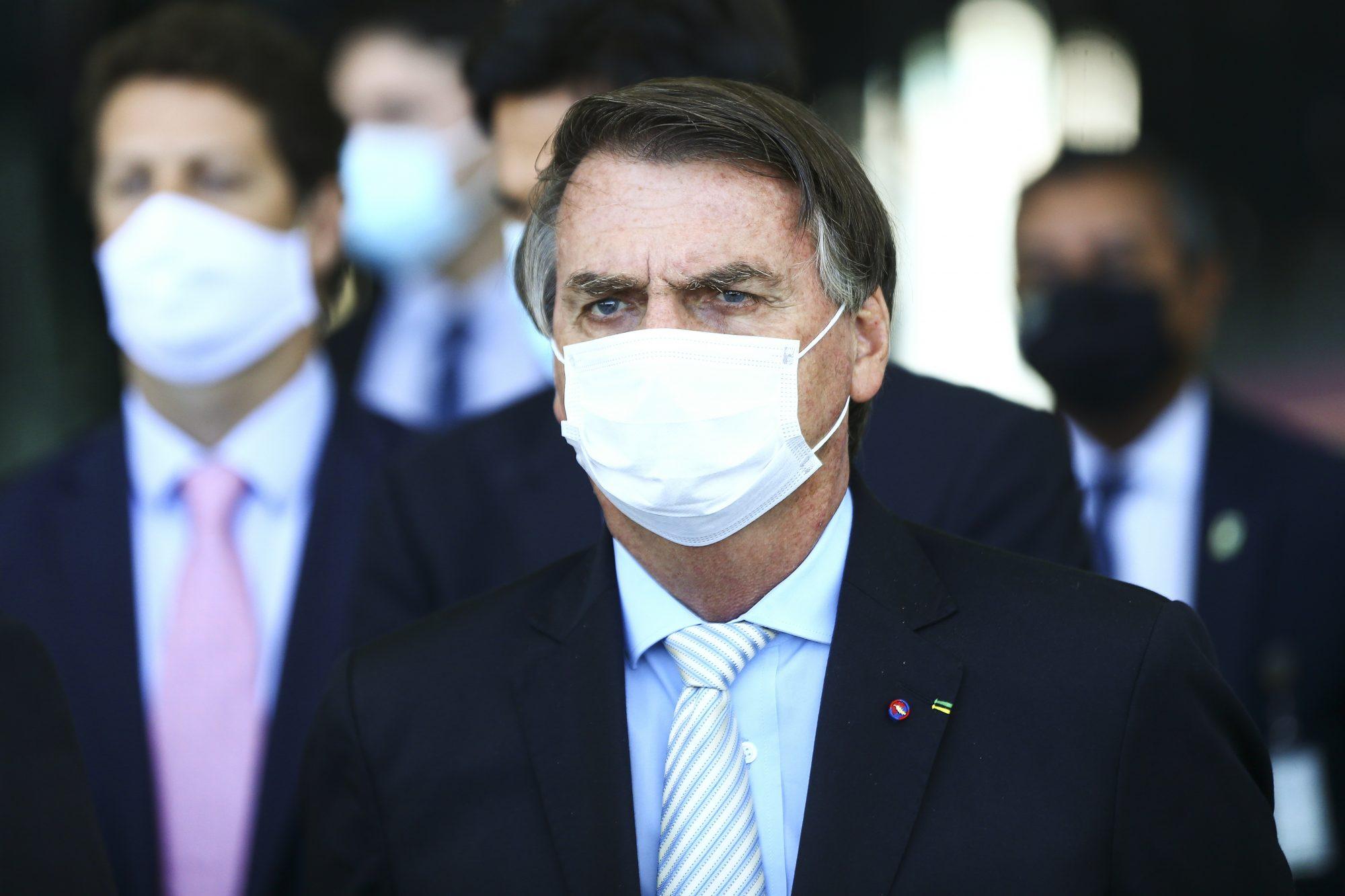 """IMAGEM: Bolsonaro para Barroso: """"Se tiver um pingo de moral, mande abrir processos de impeachment dos seus companheiros"""""""