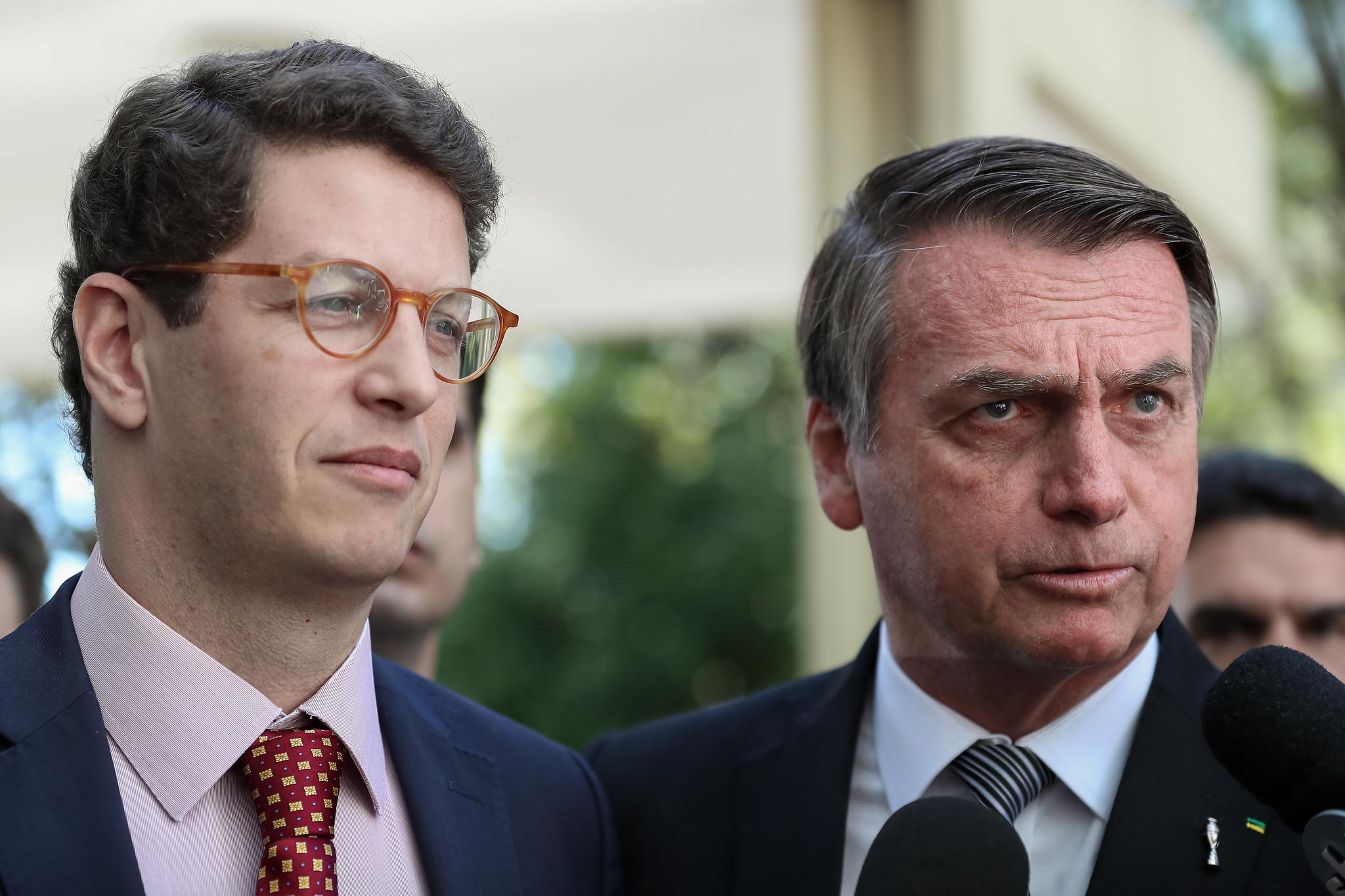 IMAGEM: Bolsonaro chama Salles, alvo de operação da PF, de 'excepcional ministro'