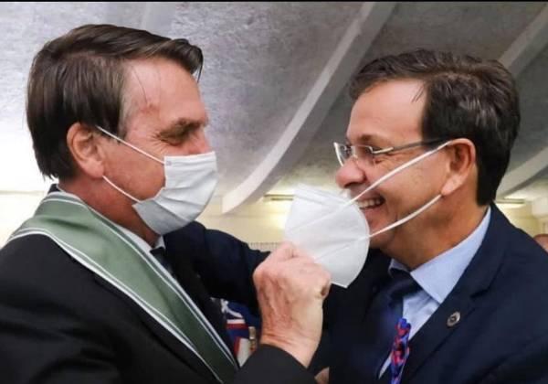 IMAGEM: Bolsonaro tira máscara de ministro durante cerimônia
