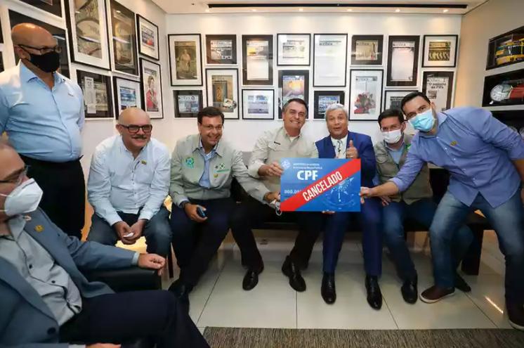 """IMAGEM: Bolsonaro a jornalista que perguntou sobre foto com """"CPF cancelado"""": """"Deixa de ser idiota"""""""