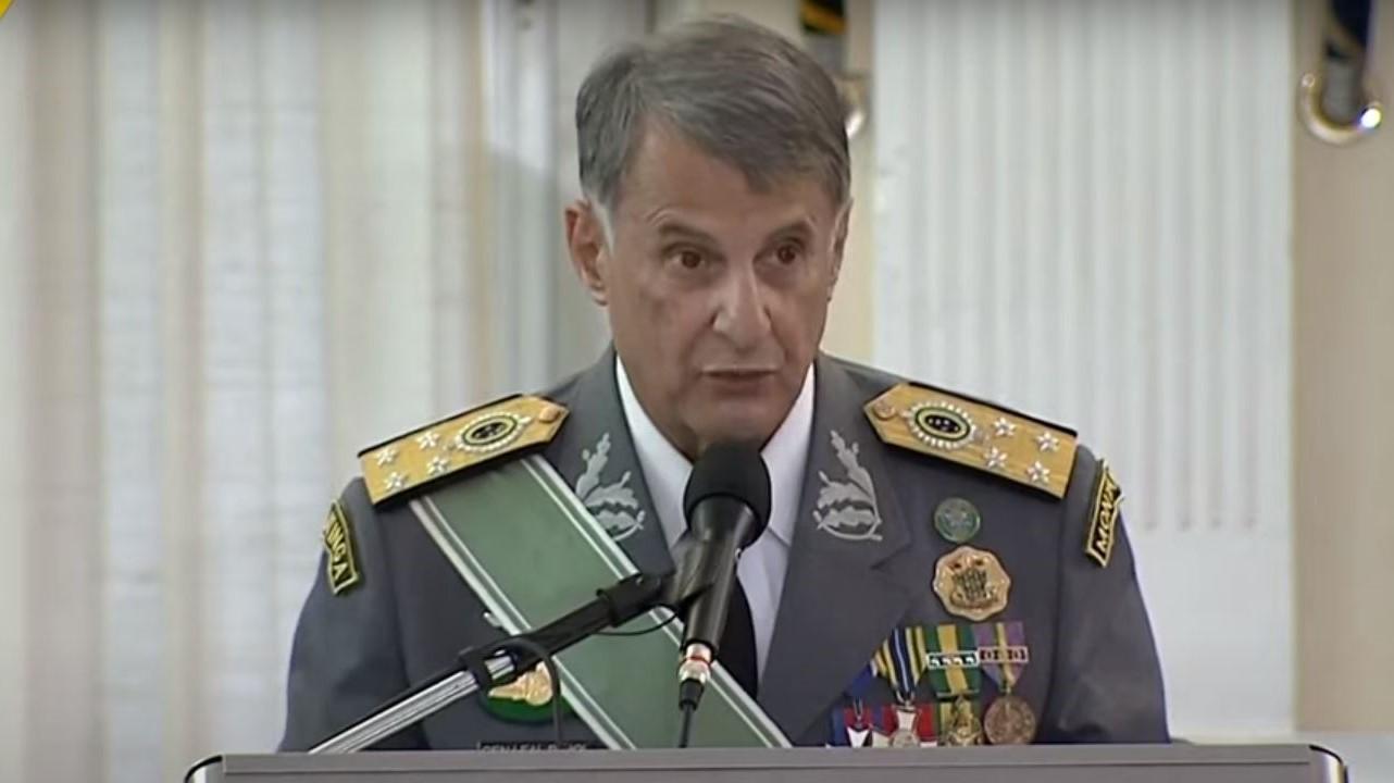 IMAGEM: Ex-comandante do Exército recebe afago de Mourão